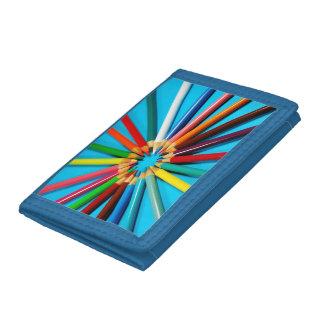 El lápiz colorido dibuja con creyón la cartera