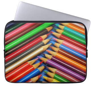 El lápiz colorido dibuja con creyón la manga del funda ordendadores