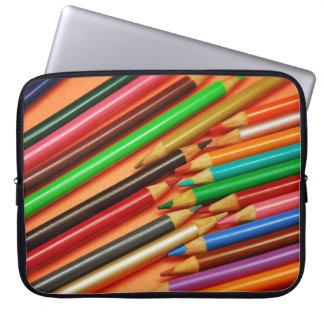 El lápiz colorido dibuja con creyón la manga del fundas computadoras