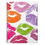 El lápiz labial colorido besa color del labio libretas espirales