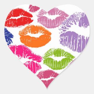 El lápiz labial colorido besa color del labio pegatina en forma de corazón