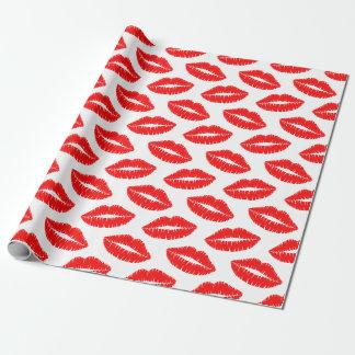 El lápiz labial rojo besa el papel de embalaje papel de regalo
