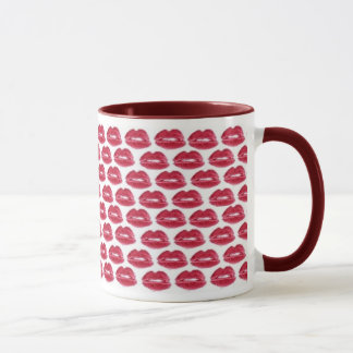 El lápiz labial rojo besa la taza deliciosa de la