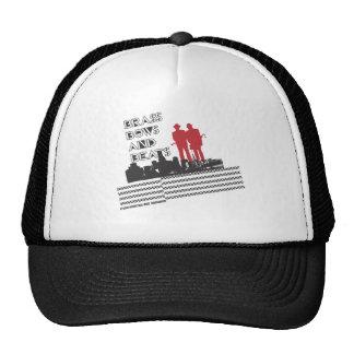 El latón, arquea y la camiseta de los golpes gorras de camionero