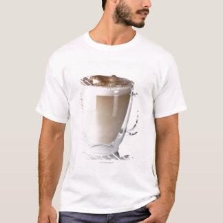 El latte de Caffe, en el fondo blanco, cortó Playera