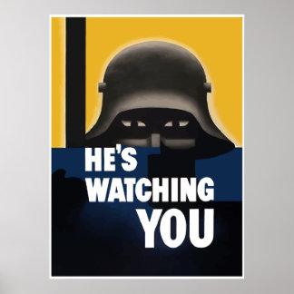 Él le está mirando -- Frontera Posters