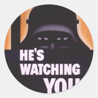 Él le está mirando propaganda pegatinas redondas