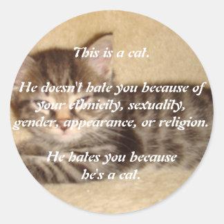 Él le odia porque él es un gato etiqueta redonda
