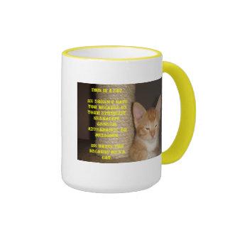 Él le odia porque él es un gato tazas de café