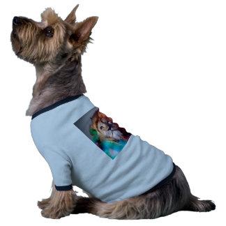 El león colorido que mira para arriba empluma el camiseta con mangas para perro
