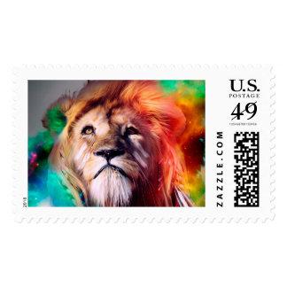 El león colorido que mira para arriba empluma el sello
