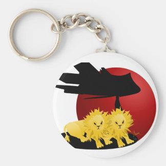 El león Cub se empareja en sabana africana Llavero Redondo Tipo Pin
