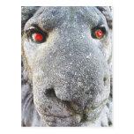 El león de piedra con rojo observa las postales di