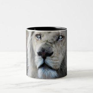 El león escucha mi latido del corazón taza dos tonos