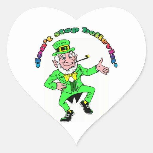 El Leprechaun del día de St Patrick no para el Pegatina En Forma De Corazón
