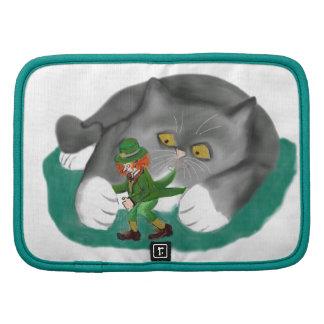 El Leprechaun está entre las patas del gatito Planificadores