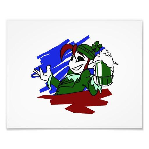 el leprechaun que sostiene el st verde de la cerve impresión fotográfica