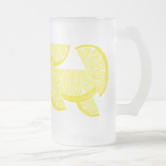 El limón corta la taza del vidrio de la limonada