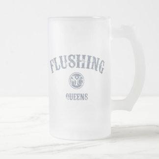 El limpiar con un chorro de agua jarra de cerveza esmerilada