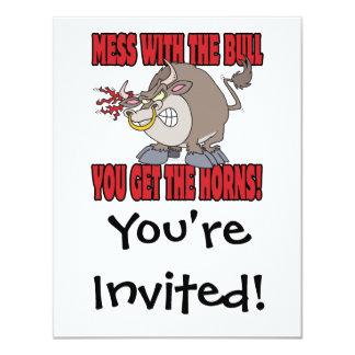 """el lío con el toro consigue a cuernos la actitud invitación 4.25"""" x 5.5"""""""