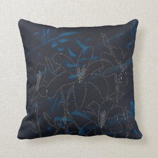 El lirio florece el esquema en la almohada