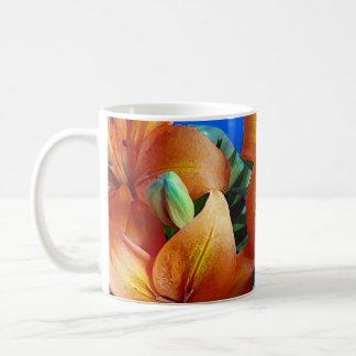 El lirio tigrado anaranjado florece la taza de