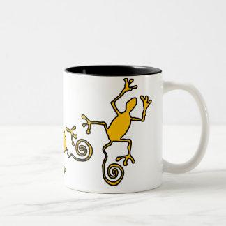 el lizzard amarillo dos-entonó la taza de cerámica