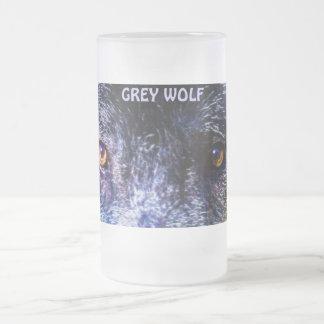 El lobo del amante del lobo gris observa la taza d