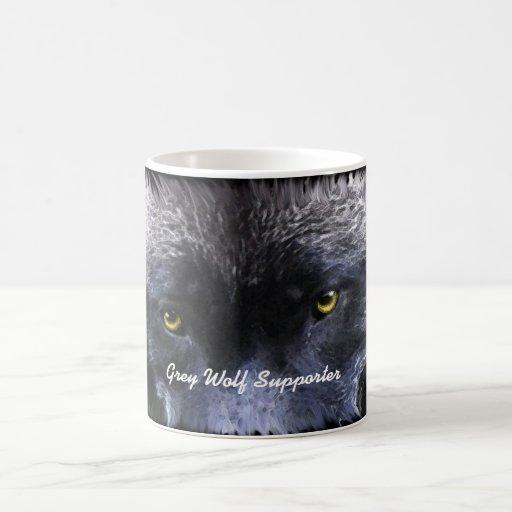 El lobo del PARTIDARIO del LOBO GRIS observa la ta Taza Básica Blanca