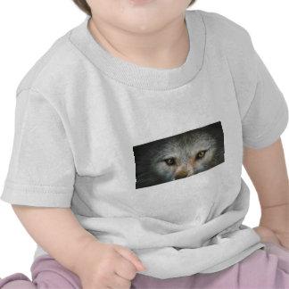 El lobo gris el mirar fijamente observa arte de la camiseta