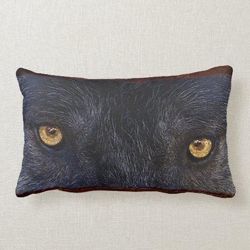 El lobo gris observa la almohada del Lumbar del Cojín Lumbar