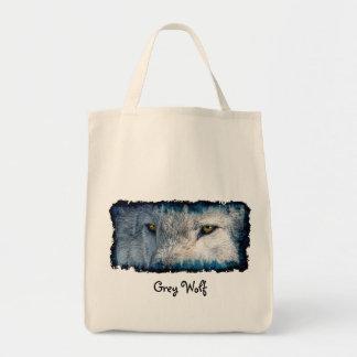 El lobo gris observa la bolsa de asas de la fauna