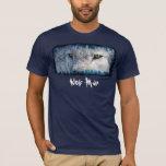 El lobo gris observa la camiseta del hombre del