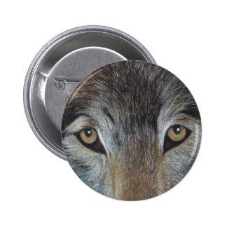 el lobo observa el botón del arte del realista de pin redondo de 2 pulgadas