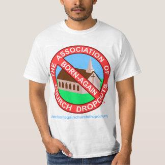 El logotipo de ABCD en la camiseta blanca Camisas