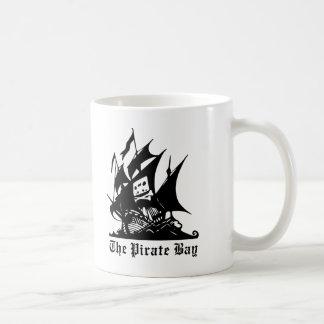 el logotipo del barco pirata de la bahía del pirat tazas