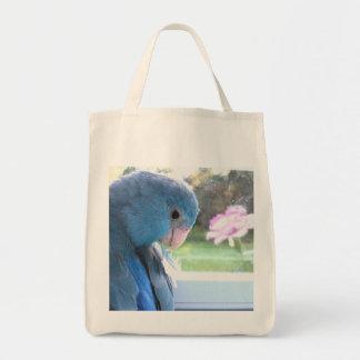 El loro azul de la bolsa de asas de ultramarinos d