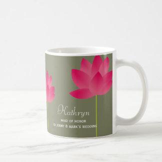 El loto rojo florece taza de café nupcial conocida