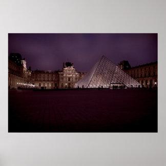 El Louvre en la noche Póster