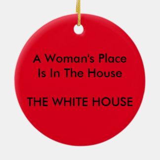 El lugar de una mujer es en la casa la CASA BLANCA Adorno Navideño Redondo De Cerámica