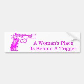 El lugar de una mujer está detrás de un disparador pegatina para auto
