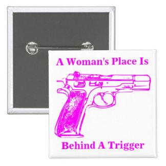 El lugar de una mujer está detrás de un disparador pin cuadrado