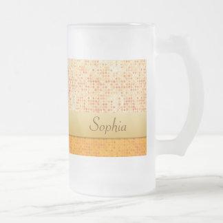 El lunar anaranjado reluciente femenino bebe el taza de cristal