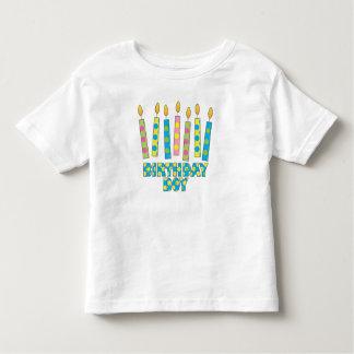 El lunar del muchacho del cumpleaños mira al polera