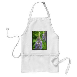 El Lupine púrpura florece el delantal