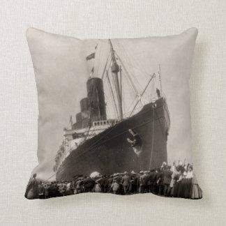 El Lusitania llega el vintage 1907 de New York Cit Almohadas