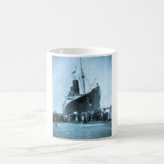 El Lusitania llega en el vintage de Nueva York Taza De Café