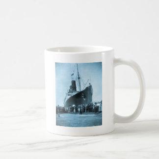 El Lusitania llega en el vintage de Nueva York Tazas