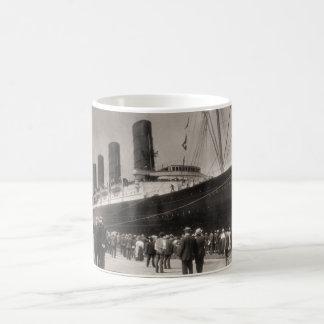 El Lusitania llega New York City 1907 Taza Básica Blanca