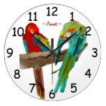 El Macaw colorido repite mecánicamente el reloj de